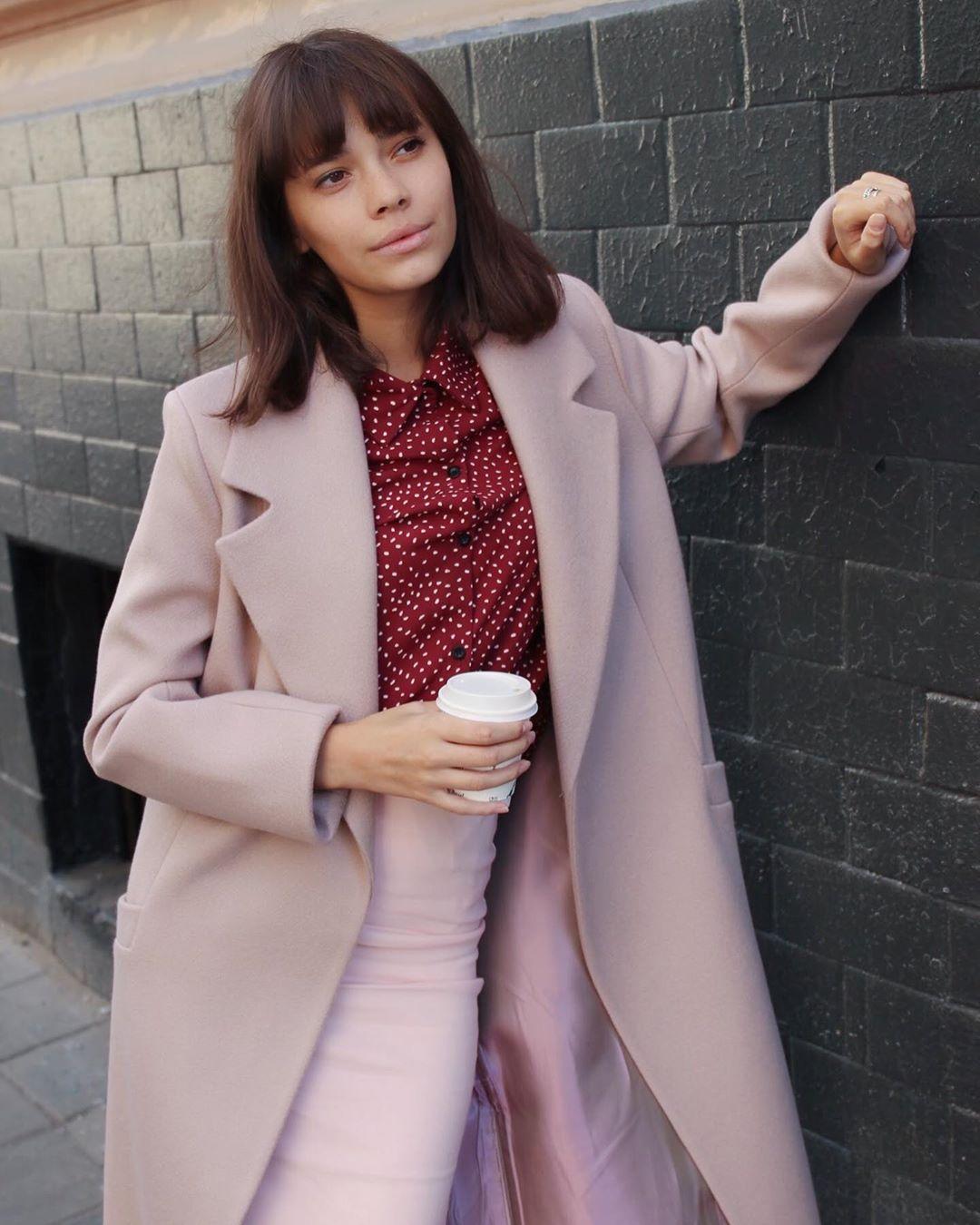 с чем носить пудровое пальто фото 2