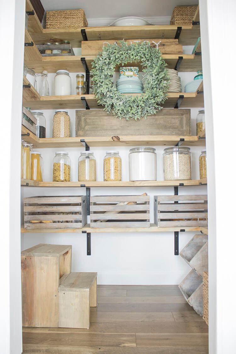 стеллажи для организации кладовой на кухне фото 10